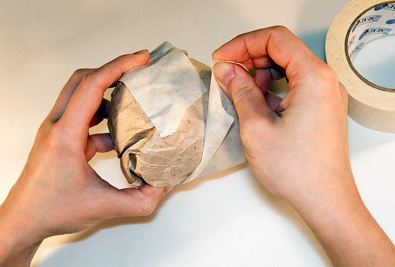 Почему малярный скотч? Закрасить нитки всегда тяжелее, а вот поверхность скотча легко поддается окраске