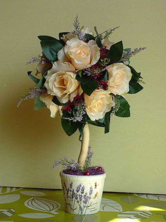 Топиарий из розы может украсить ваш дом или офисный стол, может послужить романтичным подарком для близкого человека