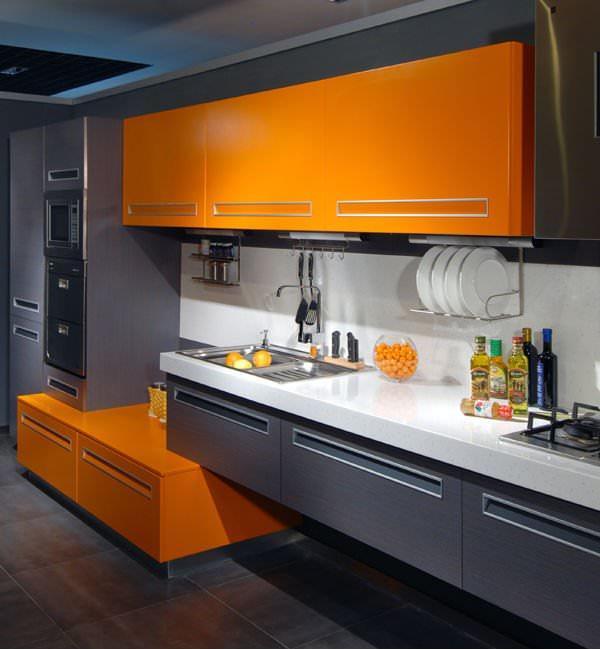 В современных кухнях контрасты играют огромную роль, именно поэтому оранжевый цвет очень популярен среди дизайнеров