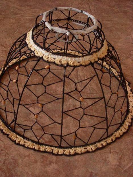 Существует множество вариантов абажуров из ниток, одни полностью закрывают лампу от глаз, другие лишь слегка прикрывают ее, перенося узоры на стены