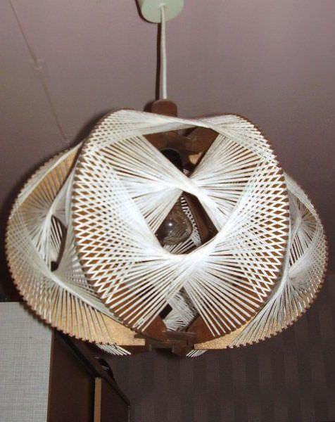 Принцип изготовления светильника из ниток может быть разным