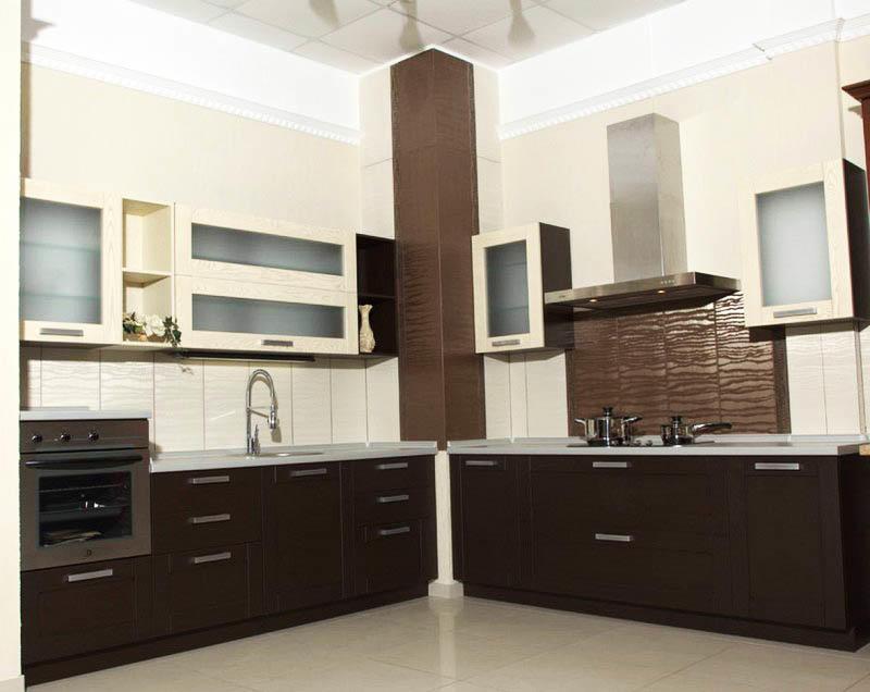 Короб в углу можно оформить и как самостоятельный элемент, но нужно постараться, чтобы вписать его правильно и не испортить весь дизайн кухни