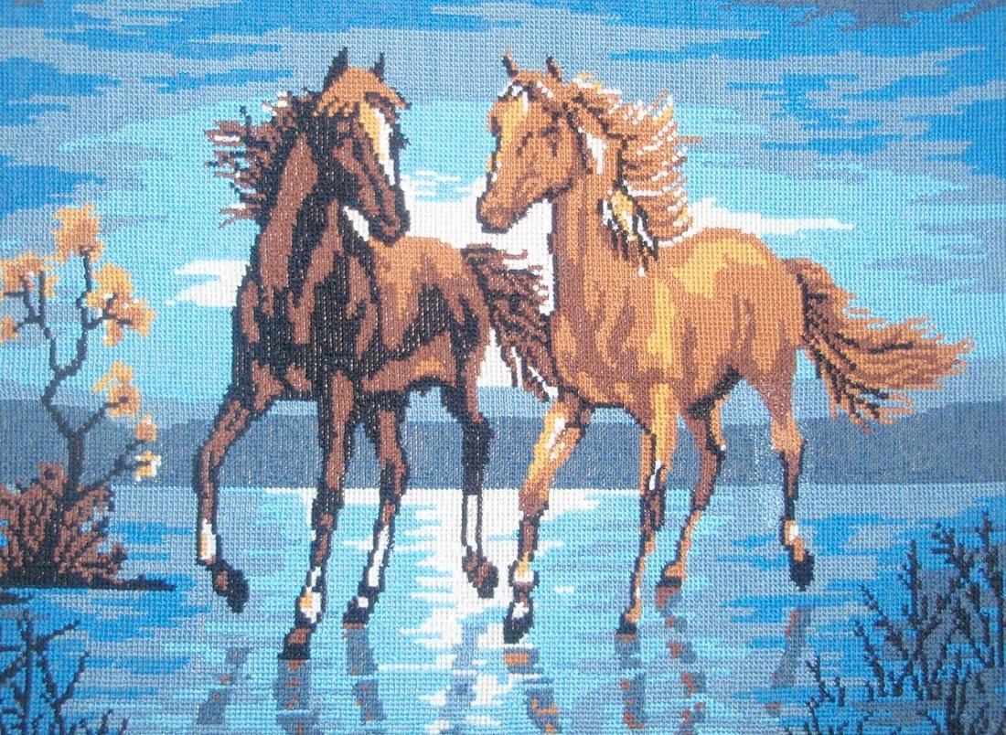 Вышивка с изображением лошадей, бегущих по воде, способна украсить любой интерьер