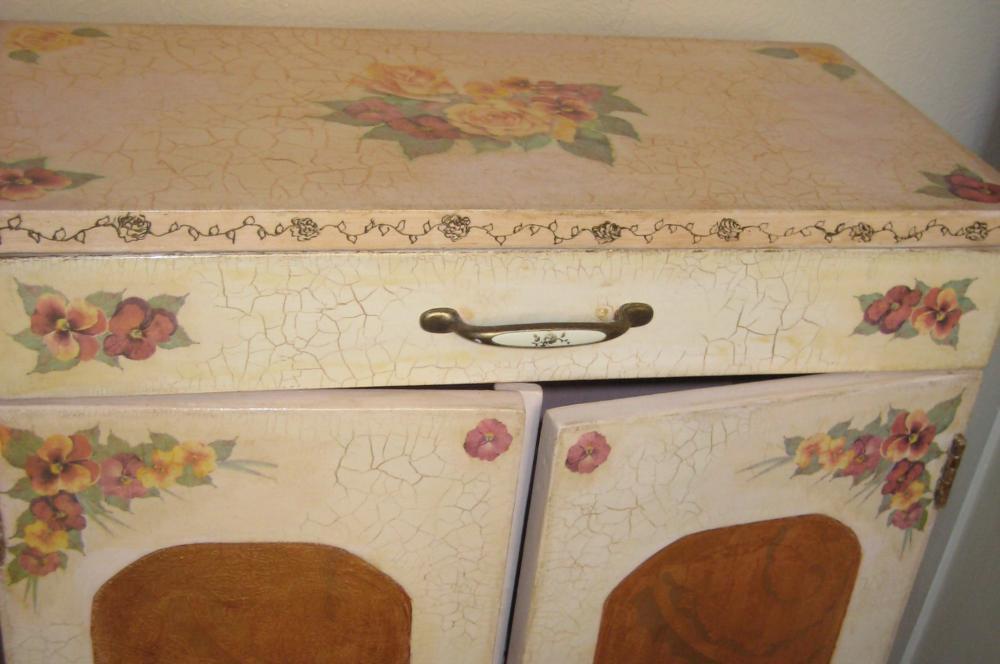 С помощью декупажа в стиле прованс можно вдохнуть новую жизнь в старый кухонный нарнитур
