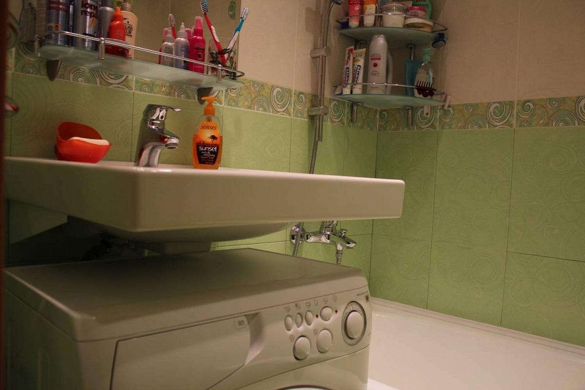 Машинка под раковиной в ванной