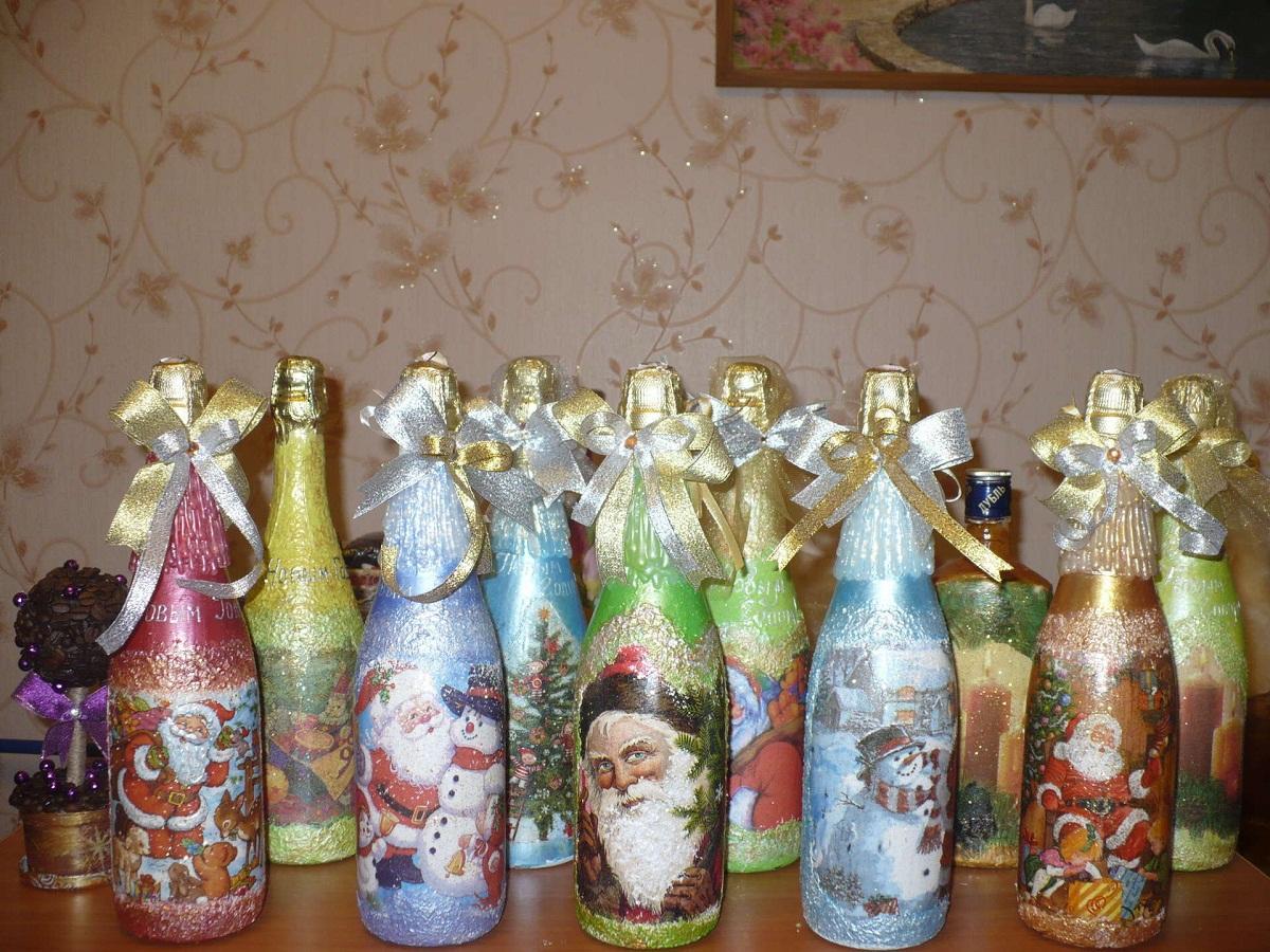 Для декупажа бутылки отлично подойдут многослойные салфетки с изображениями новогодней тематики