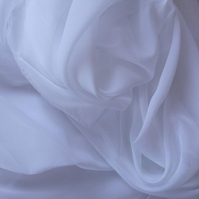 Нежно-белая вуаль гармонично впишется в спальный интерьер