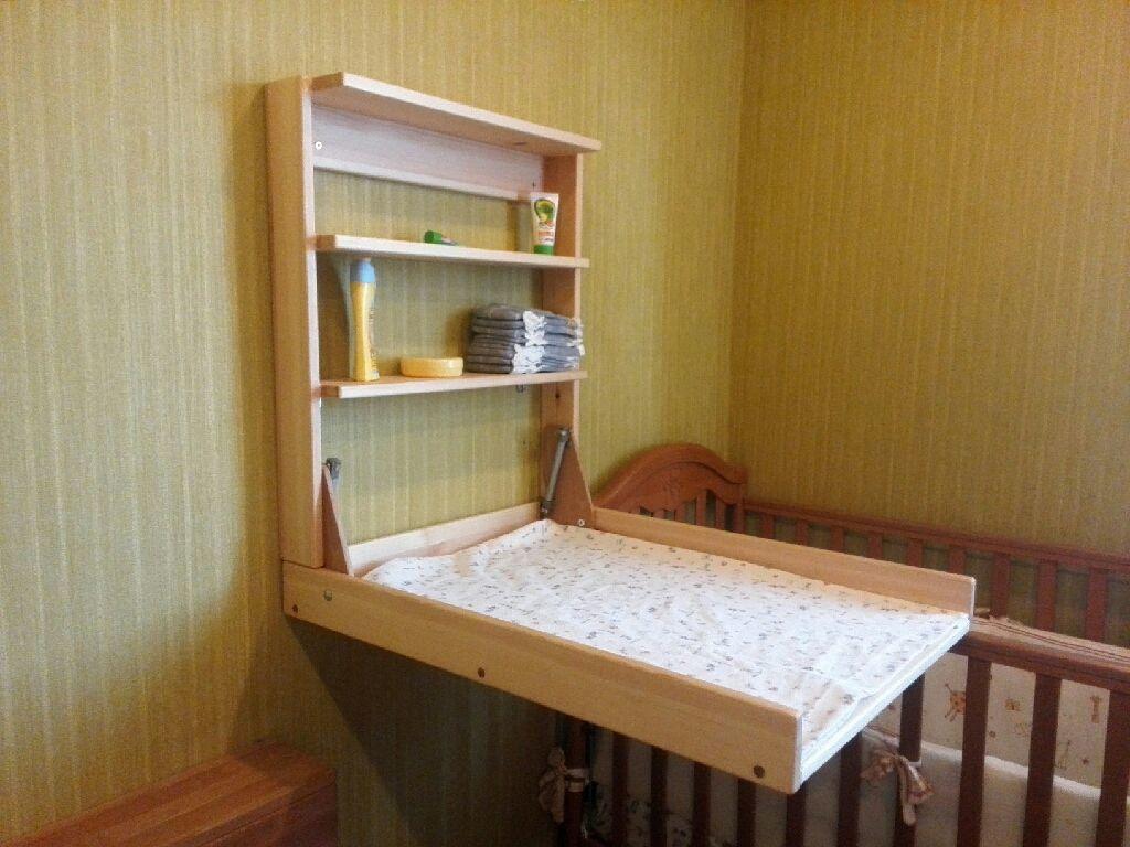 Невероятно практичным и удобным является небольшой складной пеленальный столик