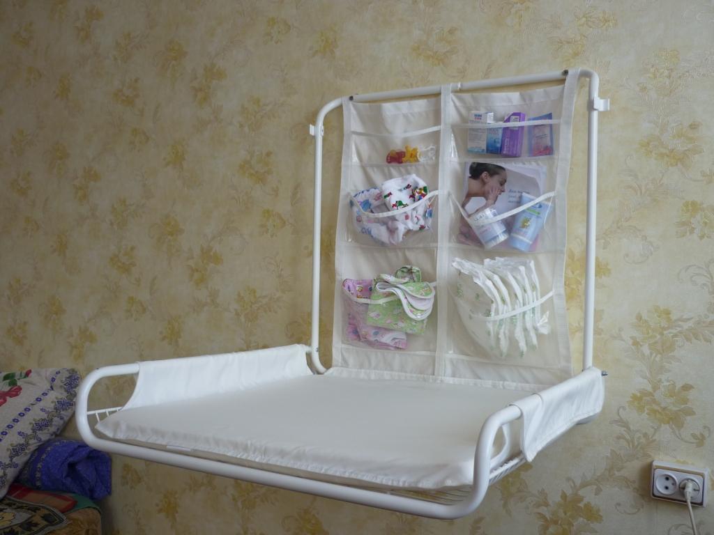 Главное преимущество откидного пеленального столика в том, что его можно прикрепить на стену в любом удобном месте