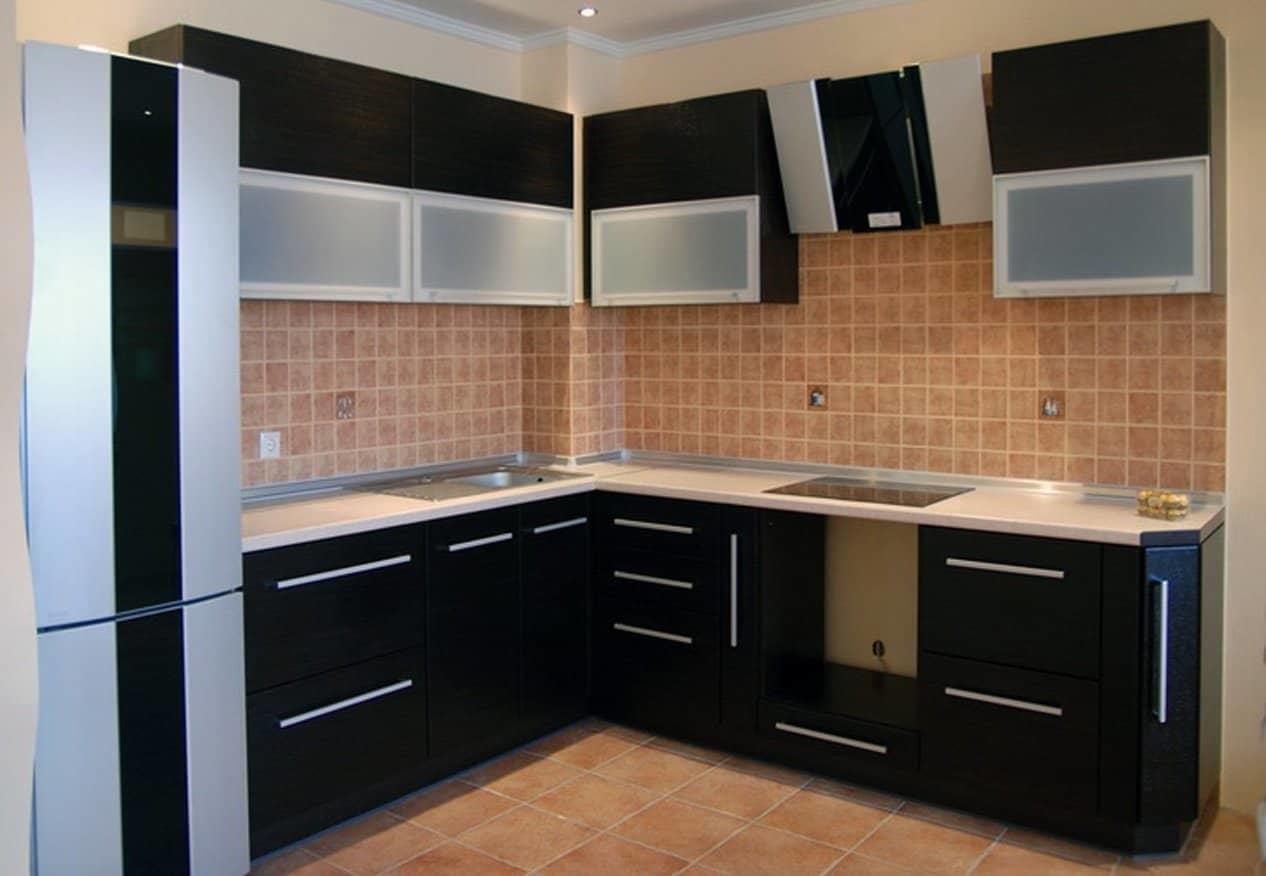 Проектируя будущую кухню, постарайтесь расположить мойку, плиту и холодильник недалеко друг от друга, но и не слишком близко, все это хорошо в разумных пределах