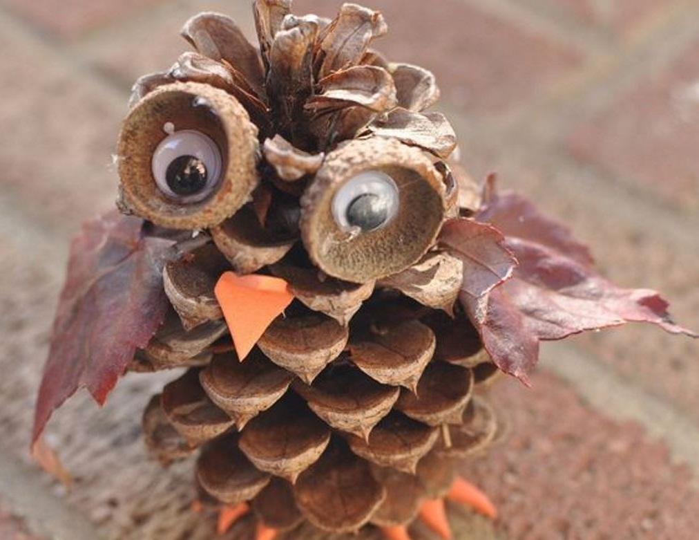 Чтобы изготовить сову, понадобятся шишки, листья, желуди и клей