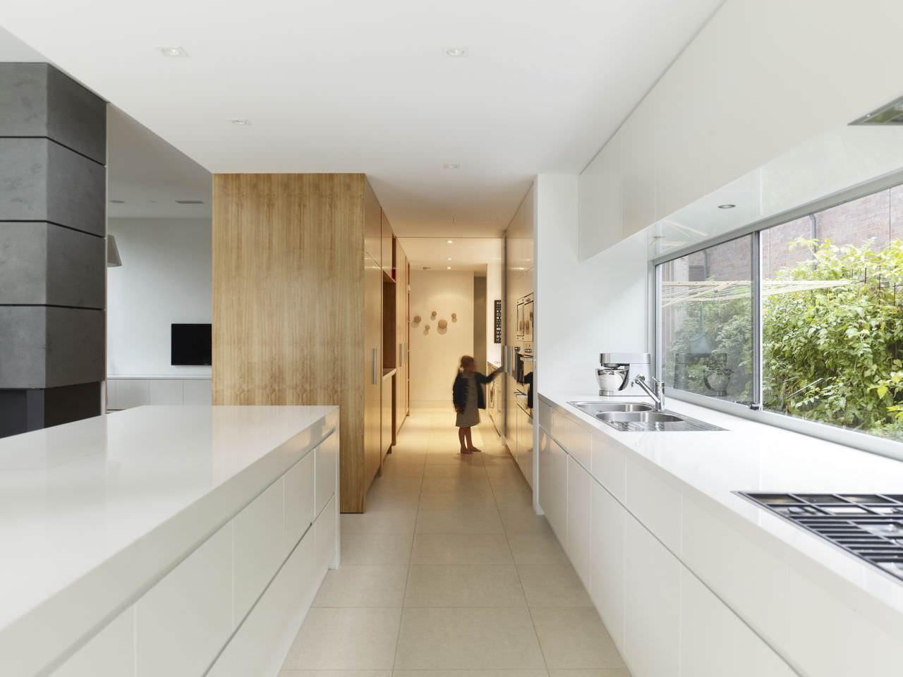 Узкая кухня тоже может быть стильной, главное - не нагромождать ее лишними элементами
