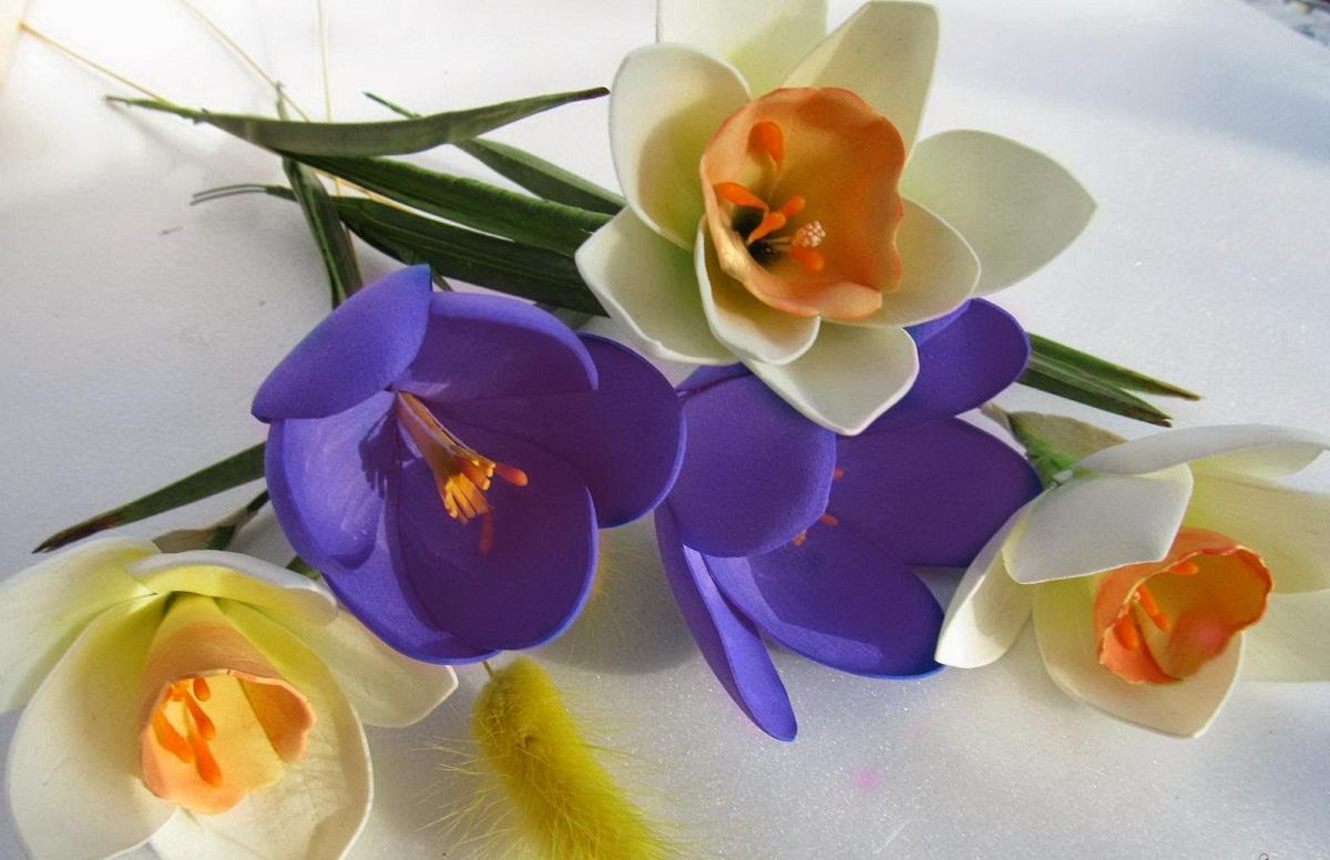 При изготовлении крокусов из фоамирана рекомендуется использовать разные цвета материала