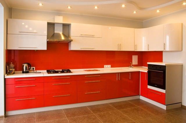 """Если вам кажется, что красный цвет будет """"давить"""" своей энергией - разбавьте его белым, например, использовав на верхних шкафчиках"""