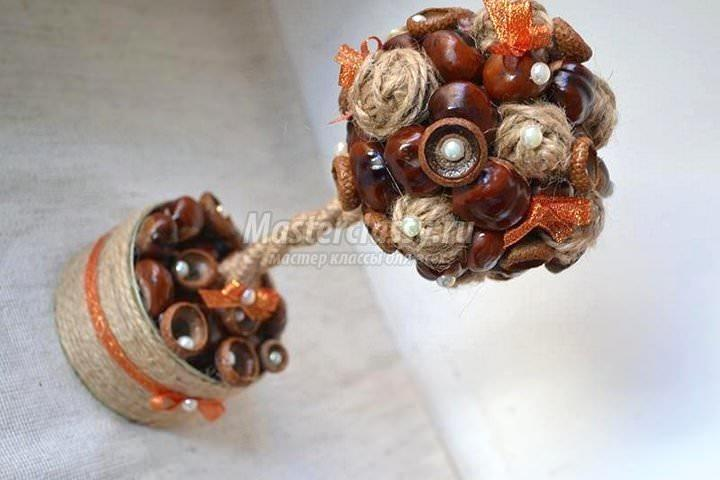 Для украшения кроны каштанового топиария отлично подходит шпагат, декоративная тесьма и даже искусственный жемчуг
