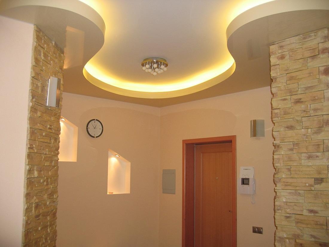 В прихожей прекрасно смотрится гипсокартонный потолок, оснащенный неоновой подсветкой