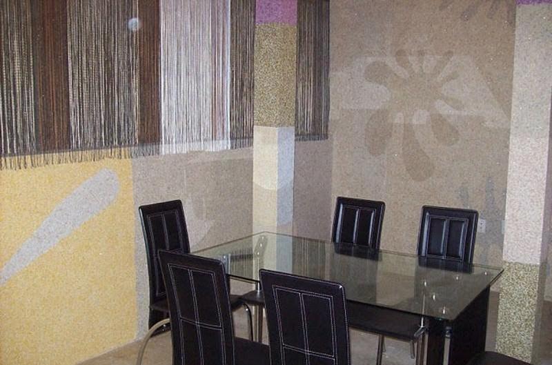 Жидкие обои позволяют создать на стенах кухни уникальные орнаменты