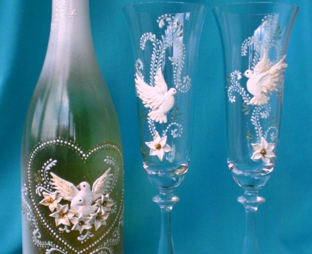 Голуби, выполненные в технике квиллинг, способны украсить бокалы и придать им оригинальности