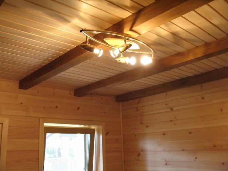 Потолок в частном доме должен гармонировать с интерьером помещения