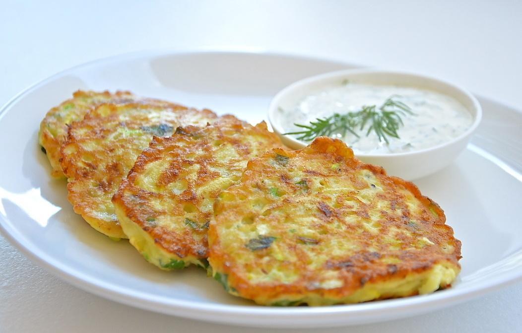 Многие предпочитают готовить кабачковые оладьи с фаршем, поскольку они являются очень вкусными и диетическими