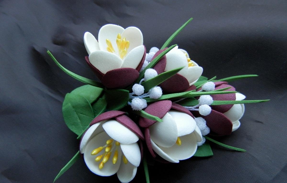 С помощью крокуса из фоамирана можно украсить одежду, помещение или различные предметы
