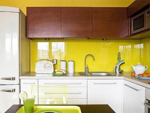 В сочетании желтого и белого на кухне можно использовать еще и дерево светлых пород
