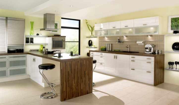 Отделить кухонную зону в кухне студии может невысокий подиум или многоуровневый потолок