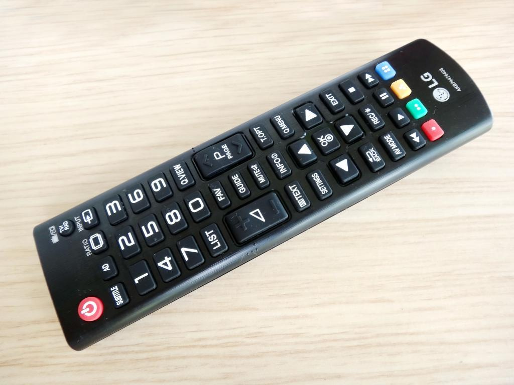 Если телевизор не реагирует на пульт, тогда следует проверить подключение техники к источнику питания