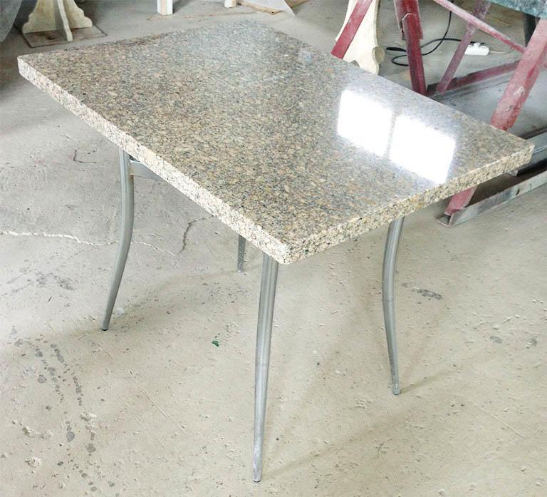 Камень является очень практичным материалом, ведь он не только устойчив к повреждениям, но и скрывает мелкие недостатки