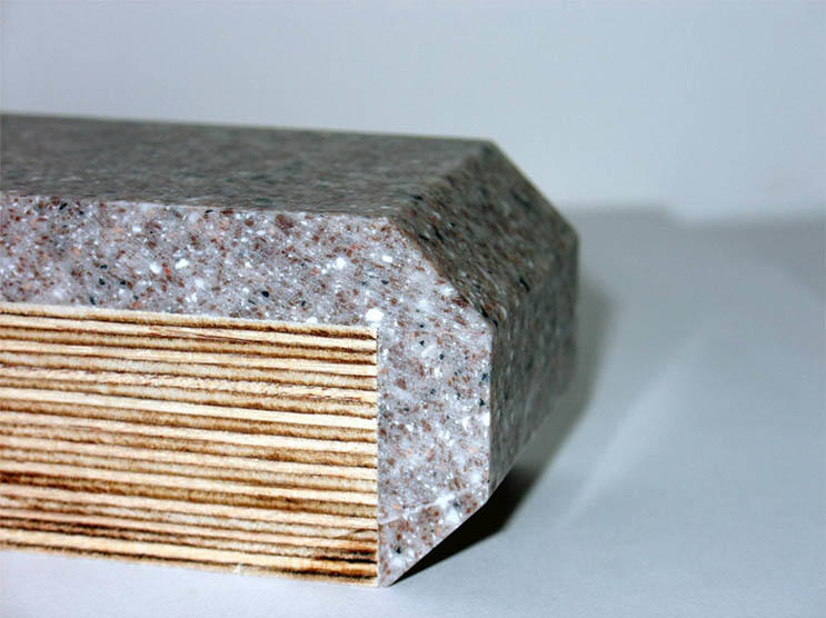 Несмотря на то, что материал является холодным, подобный стол никак не повлияет на атмосферу уюта в кухне