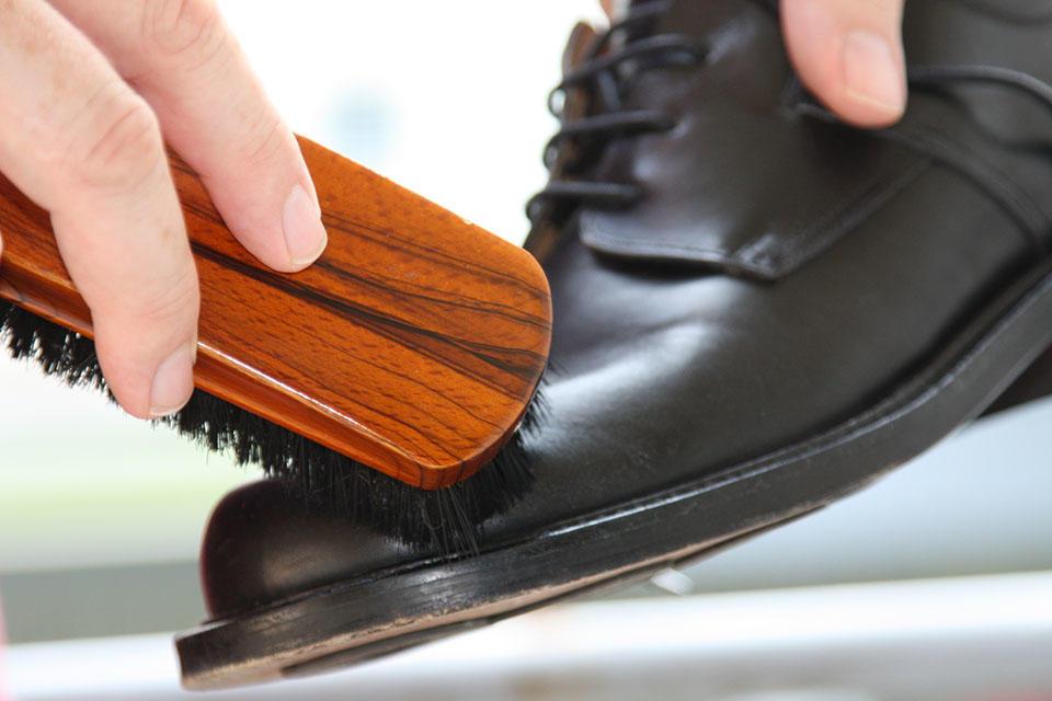Перед тем как приступить к декупажу, каждый сапог следует почистить и обезжирить