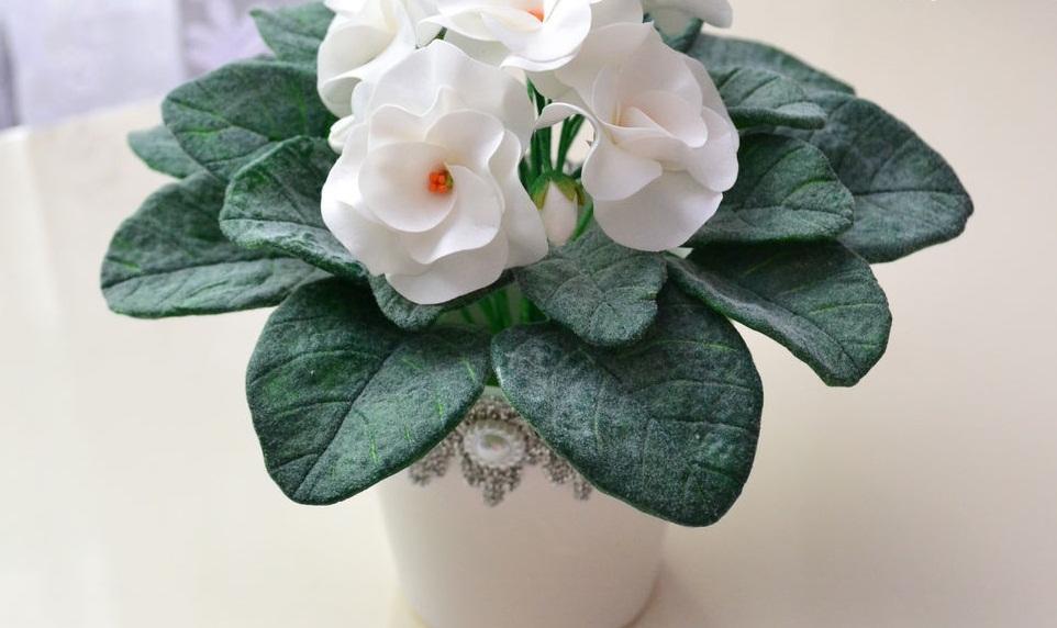 Шаблон фиалки из фоамирана рекомендуется делать с помощью лепестков настоящих цветов