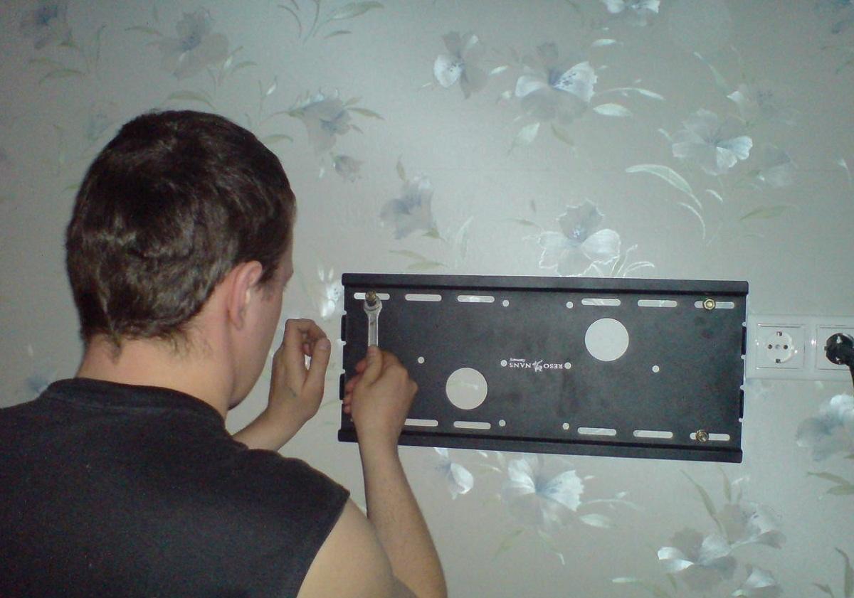 Чтобы повесить телевизор на стену, нужно использовать специальные крепления