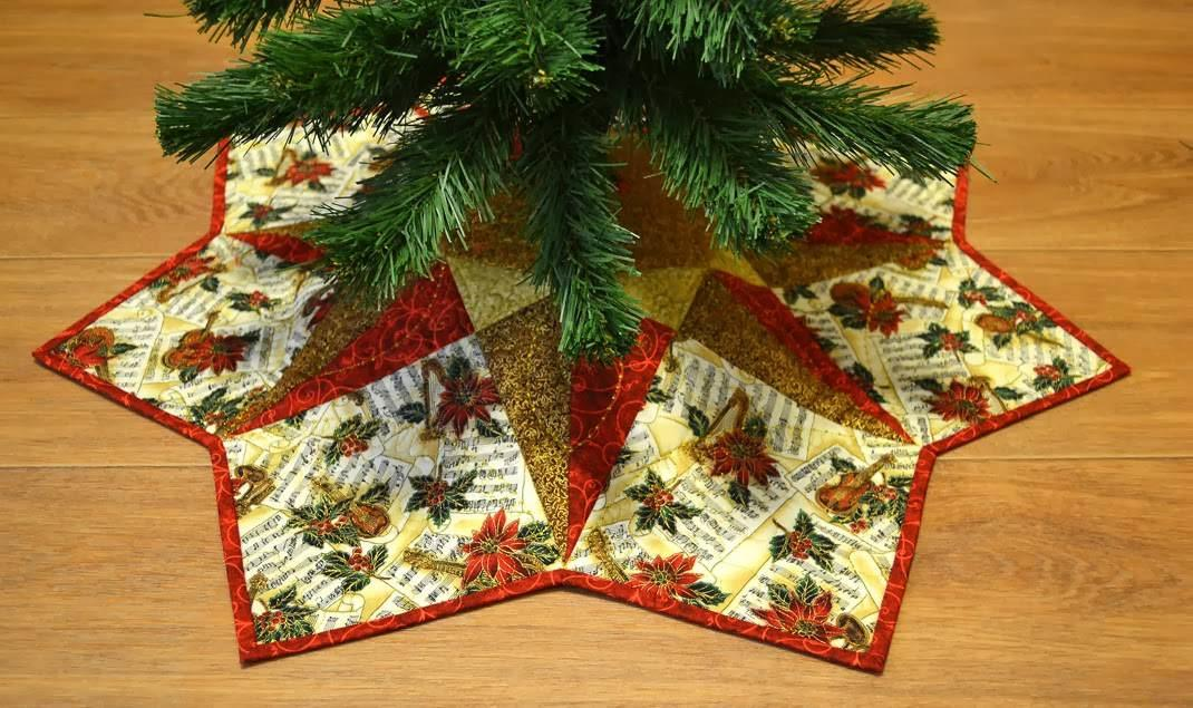 Декоративный коврик под маленькую елку украсит любую новогоднюю икебану