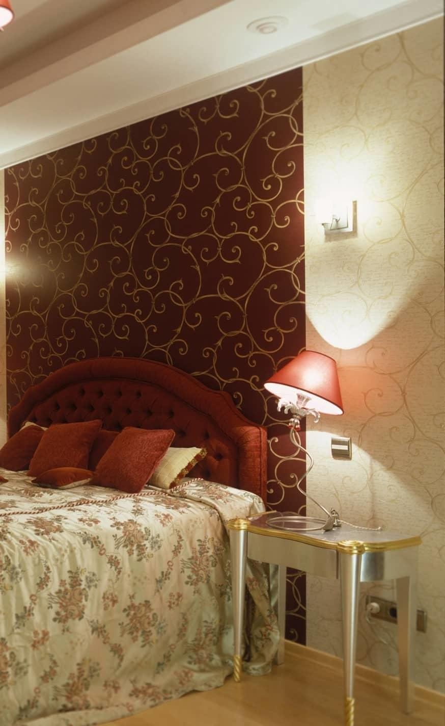 С помощью панно из обоев в спальне можно обозначить спальную зону, главное — выбрать правильное сочетание цветов