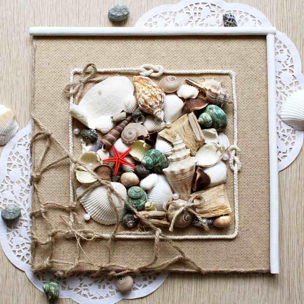 Для ванной или бассейна наиболее актуально панно из ракушек, морских камушек, различных сувениров, привезенных с морского отдыха