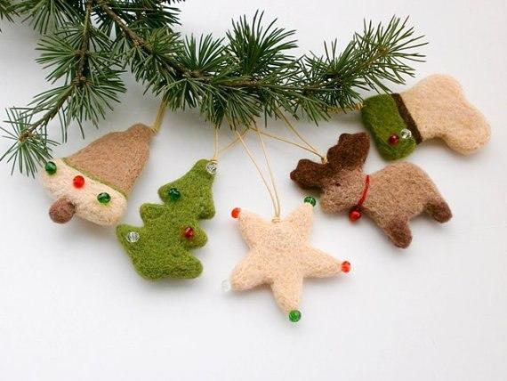 Новогодние украшения из шерсти добавят помещению праздничной атмосферы