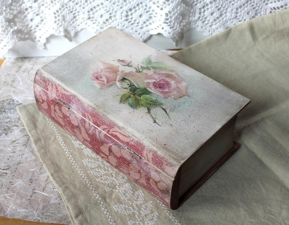 Шкатулку-книгу можно не просто оформить в технике декупаж, но и сделать ей внутренний декор