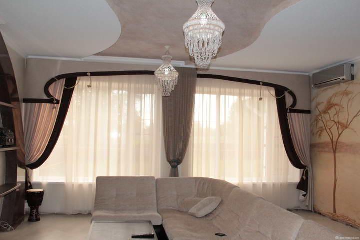 Ламбрекены бандо могут отлично перекликаться со стилем потолка