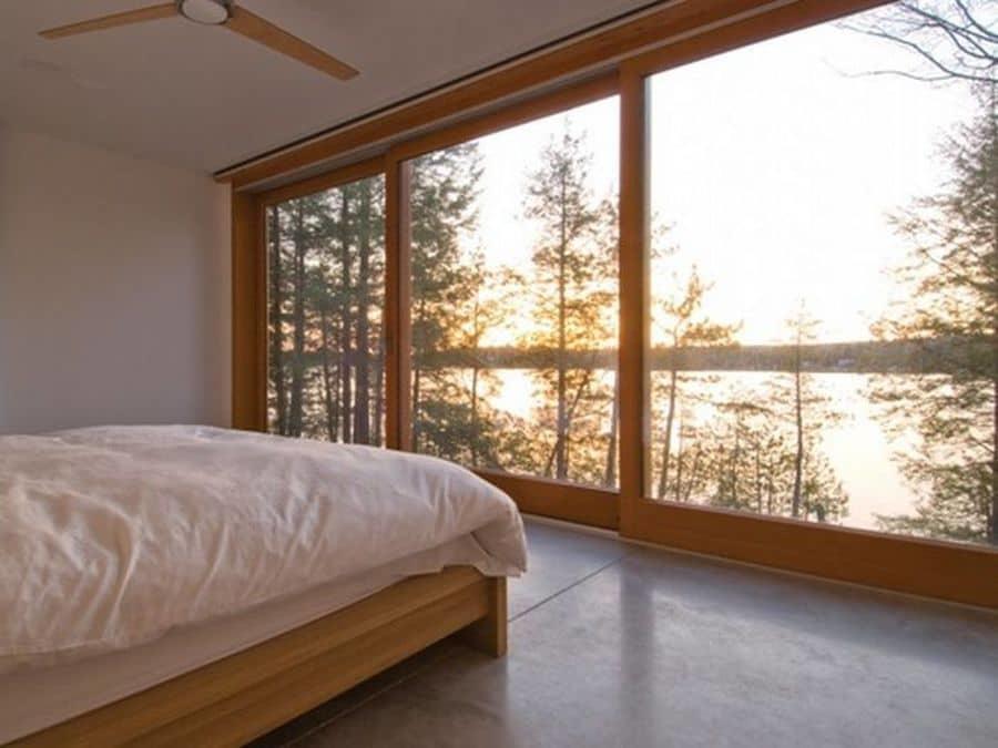 На большие окна лучше всего не вешать шторы, так будет поступать больше света