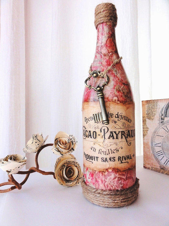 Необычный декупаж бутылок может быть выполнен в стиле кантри