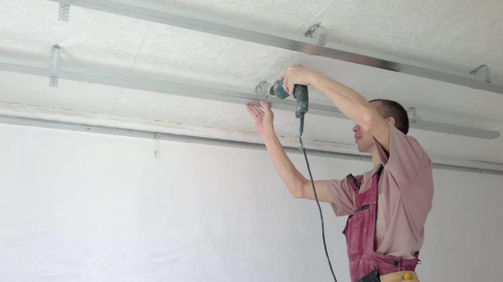 Если принято решение установить металлический каркас, то необходимо монтировать его по всему периметру подвесного потолка