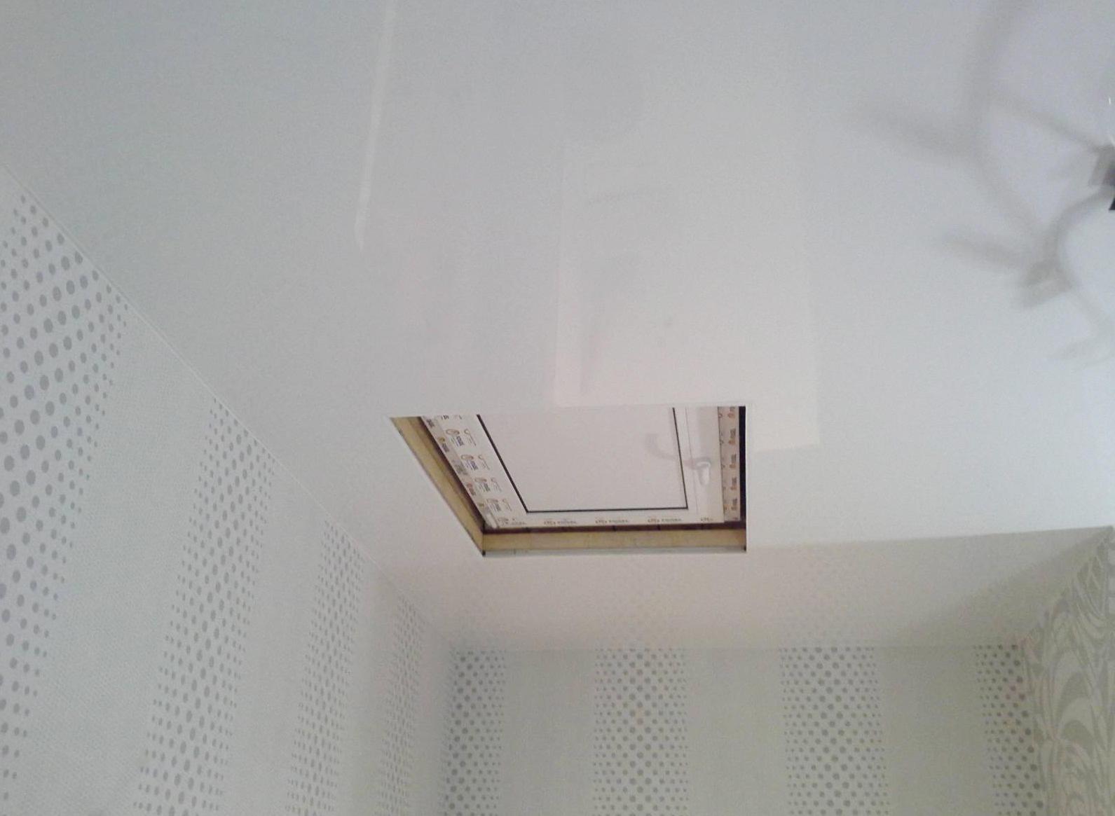Делая люк в потолке, следует обязательно установить выдвижную лестницу