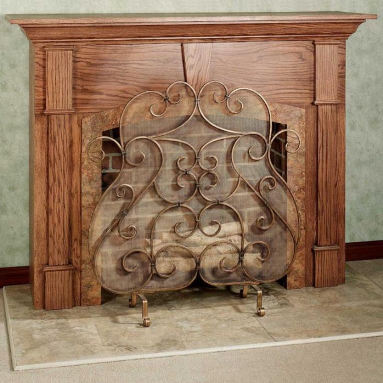 Лучше всего производить монтаж ограждения для камина, которое изготовлено из меди, железа или латуни