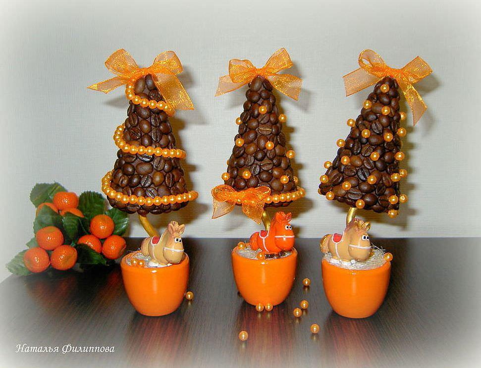 Елочка из кофе - очень модный современный новогодний декор, который не станет лишним ни на кухне, ни в рабочем кабинете