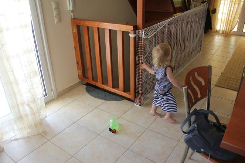 Повысить степень безопасности лестницы можно с помощью специальной защитной сетки