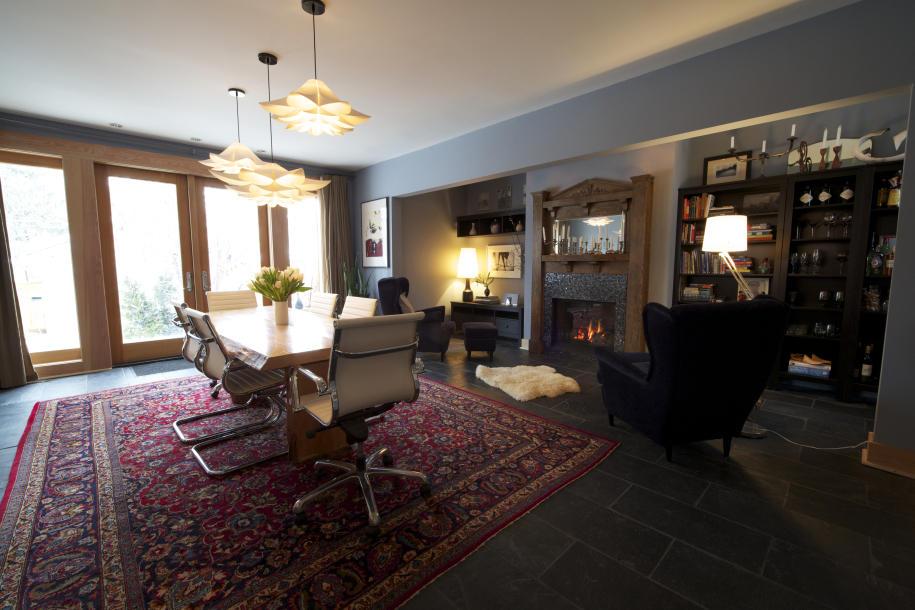 Для отделки потолка в частном доме прекрасно подойдет натяжное полотно