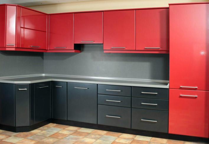 Сочетание красного гарнитура с черным фартуком смотрится очень оригинально, ничуть не уступая более привычным <em>интерьере</em> сочетаниям