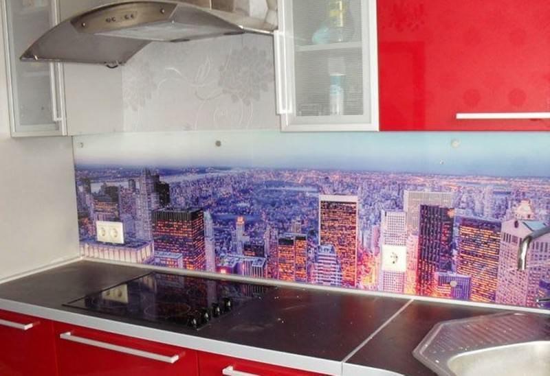 Вместо плитки, для фартука можно использовать защитно-декоративные панели из каленого стекла, которые являются надежным, практичным и долговечным покрытием