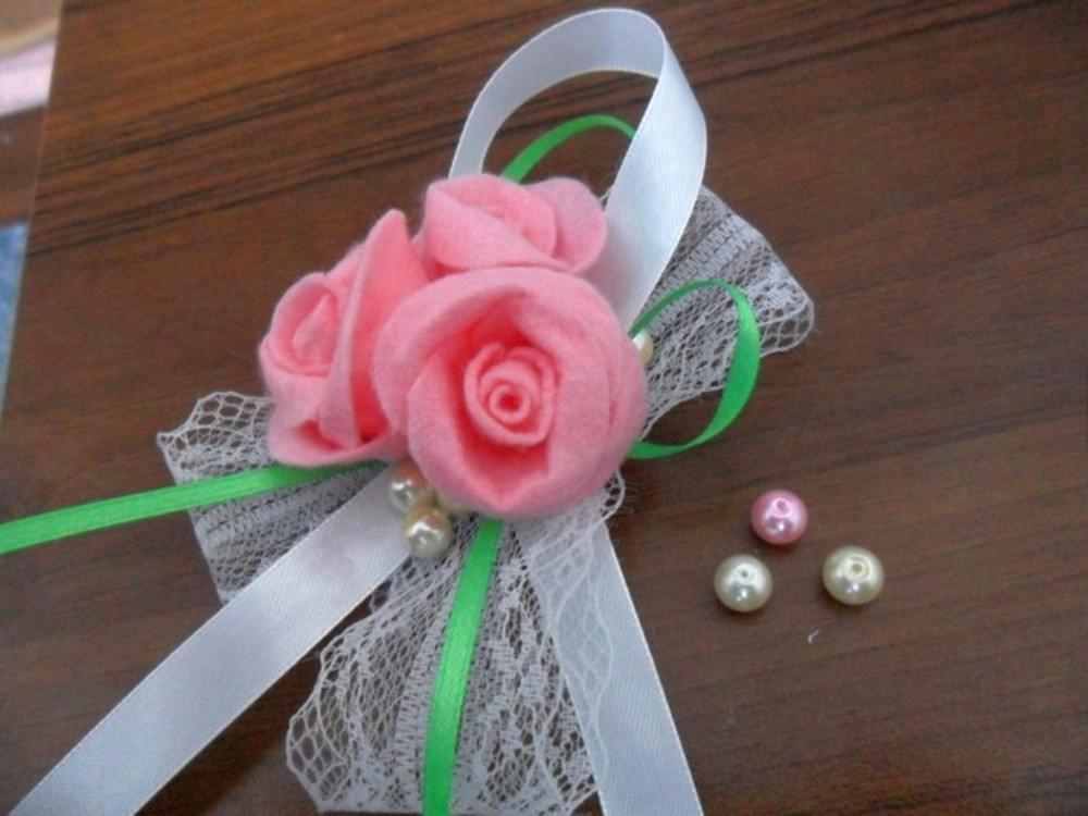 Декорируем крону. Для этого можно использовать ленты, бусины, блестки и любые другие материалы, можно украсить крону самодельной брошью или бантиками